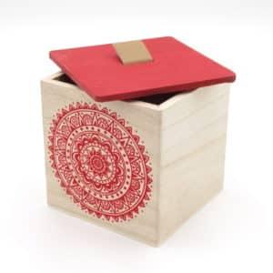 Coffret cube en bois avec rosace rouge et couvercle