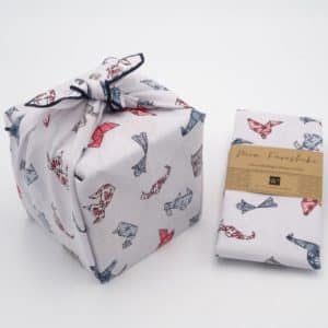 Emballage cadeau en tissu blanc et motif enfantin. Furoshiki de taille moyenne.