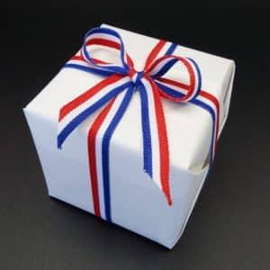 papier kraft blanc avec ruban tricolore, bleu, blanc et rouge