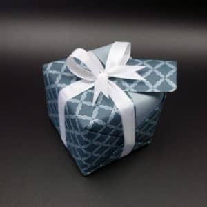 papier cadeau couleur bleu acier, haut de gamme.