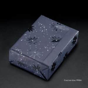 Papier cadeau bleu nuit étoilée. Motif argenté texturé.