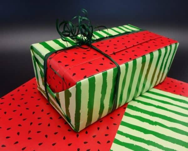 """Papier cadeau réversible rouge et vert au motif """"pastèque""""."""