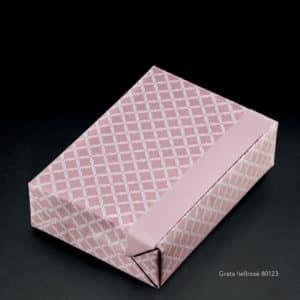 Papier cadeau blanc et rose, motif en relief.