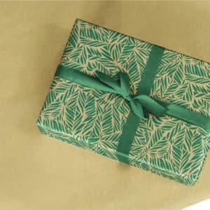 Papier d'emballage cadeau palmier en kraft naturel. Motif feuilles vertes.