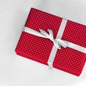 papiers cadeaux rouges avec petits pois blancs