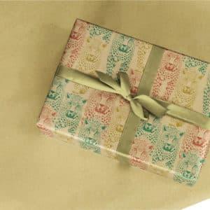 Papier Kraft cadeaux naturel, imprimé félin. Rouge, vert, or.