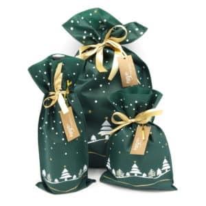 Nos pochons en tissu de Noël. Couleur verte avec dessin de sapins.