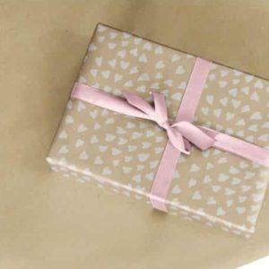papier cadeau kraft avec cœurs blancs